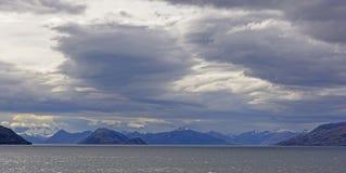 Stormmoln över havfjordar royaltyfri fotografi