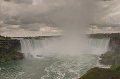 Stormmoln över Niagara Falls Arkivbild