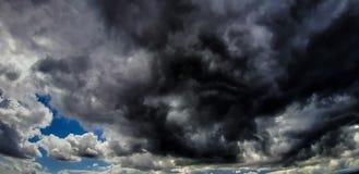 Stormmoln bildas från stackmolnmoln royaltyfri fotografi