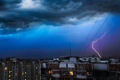 Stormmoln, hällregn Åskväder och blixt över staden Royaltyfri Fotografi