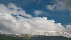 Stormmoln i bergen i Kasakhstan Timelapse 4K arkivfilmer