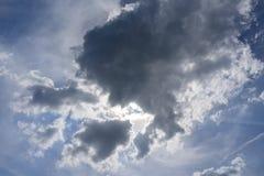 Stormmoln i himlen Arkivfoto