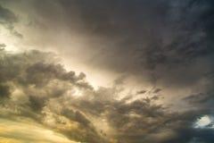 Stormmoln i himlen på solnedgången som bakgrund Arkivbild