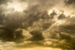 Stormmoln i himlen på solnedgången som bakgrund Royaltyfri Fotografi