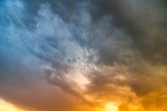 Stormmoln i himlen på solnedgången som bakgrund Fotografering för Bildbyråer