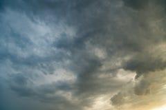 Stormmoln i himlen på solnedgången som bakgrund Arkivfoton