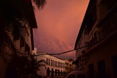 Stormmoln i staden fotografering för bildbyråer