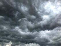 Stormmoln, mörkt molnigt för storm, fördunklar himmel för tungt regna arkivfoto
