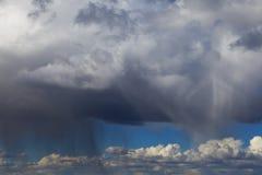Stormmoln med regn Arkivfoto