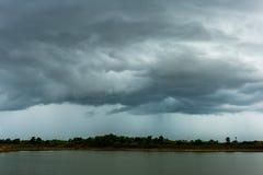Stormmoln med regnet fotografering för bildbyråer