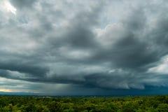 Stormmoln med regnet arkivbilder