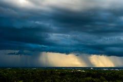Stormmoln med regnet royaltyfri fotografi