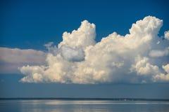 Stormmoln mot bakgrunden av havet Havsscape n Royaltyfri Fotografi