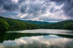 Stormmoln och berg som reflekterar i Unicoi sjön, på Unicoi royaltyfria bilder