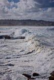 Stormmoln och ett stormigt hav arkivfoto
