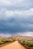 Stormmoln och grusväg i sydliga Utah Arkivfoton
