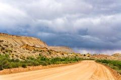 Stormmoln och grusväg i sydliga Utah Royaltyfri Foto