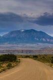 Stormmoln och grusväg i sydliga Utah Royaltyfria Foton