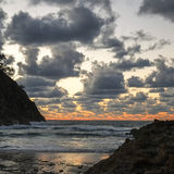 Stormmoln och hav på soluppgång Arkivfoton