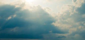 Stormmoln och solstrålar Royaltyfri Foto