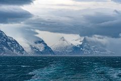 Stormmoln ovanför en havfjord fotografering för bildbyråer