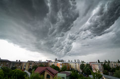 Stormmoln ovanför staden royaltyfri bild