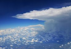 Stormmoln som beskådas från flygplanet royaltyfria bilder