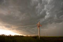 Stormmoln som bryggar över järnväg korsning Arkivbild