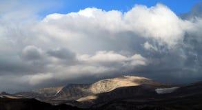 Stormmoln som samlar över en bergskedja Royaltyfri Foto