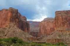 Stormmoln som samlar över Grand Canyon Arkivfoton