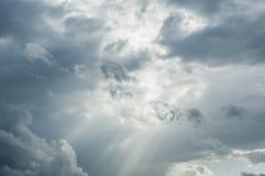 Stormmoln som trängas igenom av solstrålar Royaltyfria Bilder