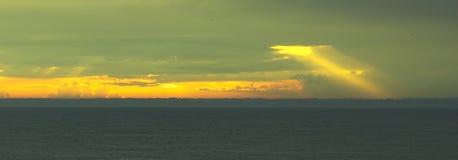 stormsommarsolnedgång arkivbild