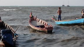 Stormt de voorraad Videolengte 1920x1080 Retro Thaise overzeese de Zomer longtail Vissers Hun Boten redden de Aziatische Jonge Me stock footage
