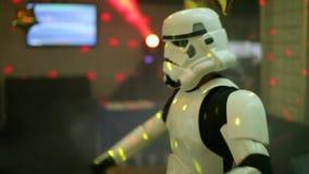 Stormtrooper που χορεύει και που θέτει για ένα photoshoot πόλεμοι των άστρων απόθεμα βίντεο