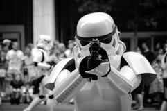 Stormtrooper указывая с его оружием стоковое фото