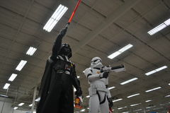 Stormtrooper di Star Wars e giocattoli di Dart Fener da vendere Immagini Stock