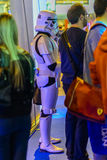 Stormtrooper imperial al lado de otras personas Imagenes de archivo