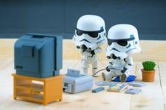 Stormtrooper postać bawić się gameboy Fotografia Royalty Free