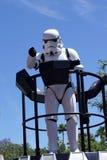 StormTrooperen på Star Wars tillbringar veckoslutet på den Disney världen royaltyfri foto