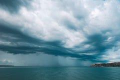 Stormu-Himmel mit Wolken über Portoroz-Meerblick Stockbilder