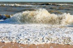 Stormvågor av havet av Azov som bryter mot kusten arkivfoto