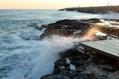 Stormvågor på stranden och den blåa himlen, medelhav, Spanien arkivfoton