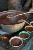 Storpamp av traditionell bönasoppa över brand i Central America Royaltyfri Fotografi