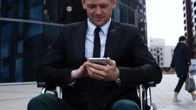 Storpio maschio che lavora con il telefono cellulare stock footage