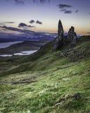 Storr的老人拍摄了在微明 在斯凯,苏格兰小岛的著名地标  库存图片
