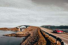 Storsezandet most Czerwony samochód obrazy royalty free