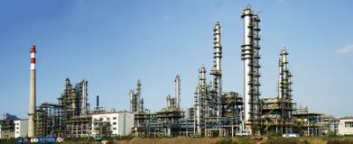 Storskaligt oljaförädlingföretag arkivbild
