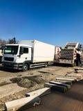 Storskaligt reparationsarbete med stort maskineri på huvudvägen Royaltyfri Fotografi