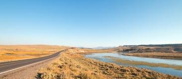 Storslagen öglasväg bredvid krökning i Yellowstonet River i den Hayden dalen i den Yellowstone nationalparken i Wyoming Royaltyfria Bilder