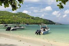 Storslagen ansestrand på ön Seychellerna Arkivbilder